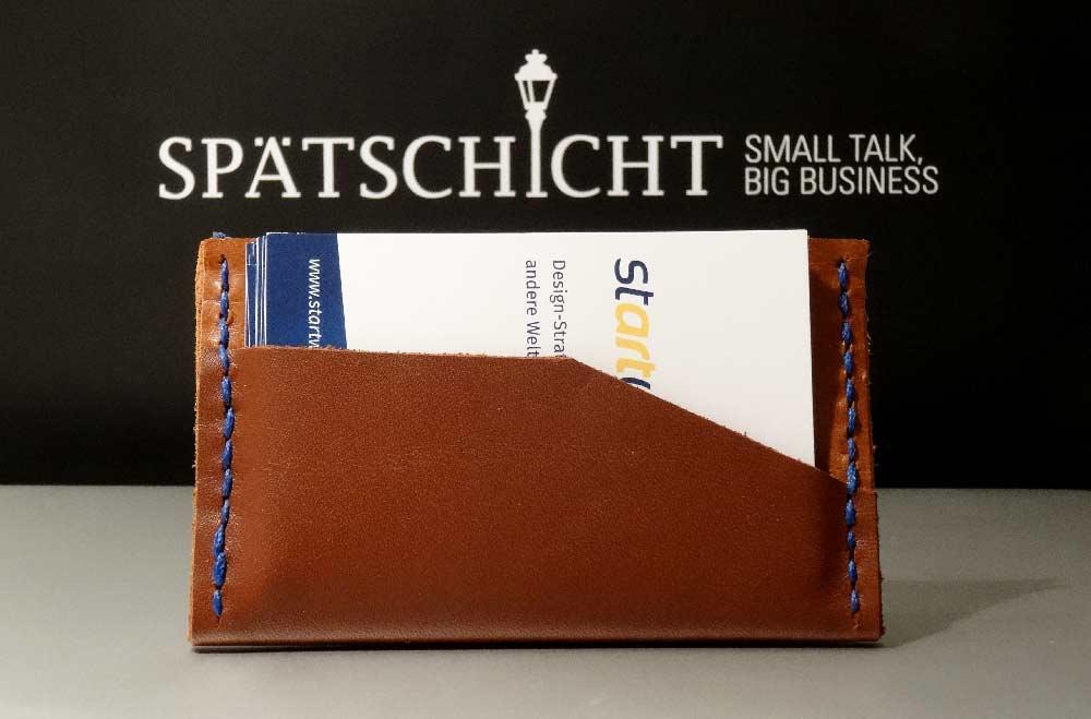 Spätschicht – Lederetui by Matthias Barth